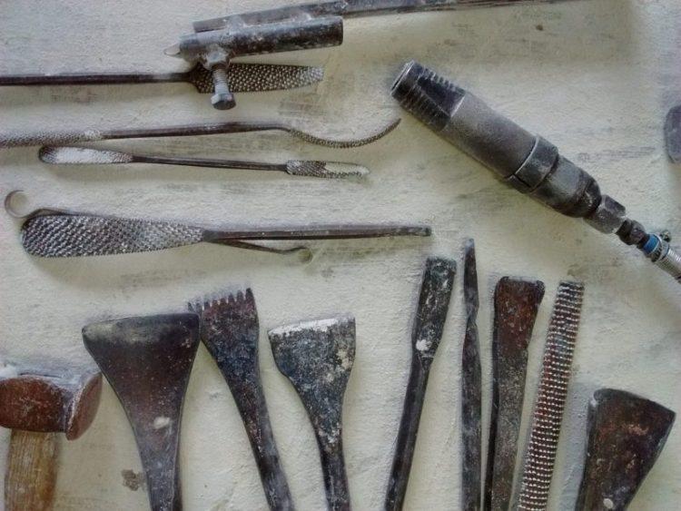 scalpelli e sgorbie da scultura su pietra