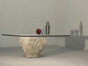 table basse classique puor salon en verre et pierre sculptée